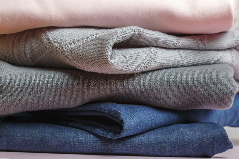 Kledingstuk - sweater, sweatshirt, spijkerbroek royalty-vrije stock foto