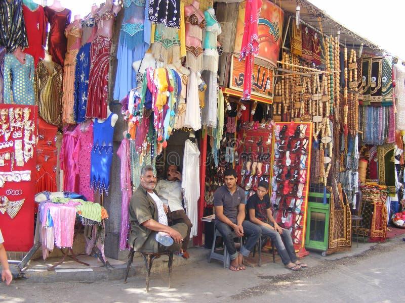 Kledingsverkopers in khan khalili oud Kaïro van Gr royalty-vrije stock afbeeldingen