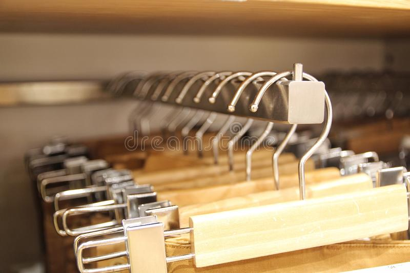 Kleed hangers op het rek stock afbeeldingen