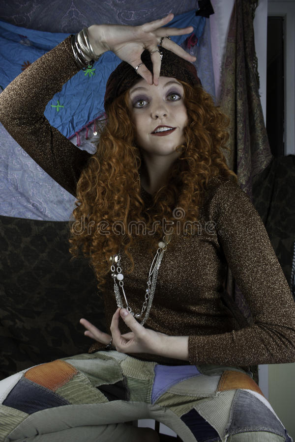 Kleedde de Beautifiul jonge vrouw zich als zigeuner royalty-vrije stock fotografie