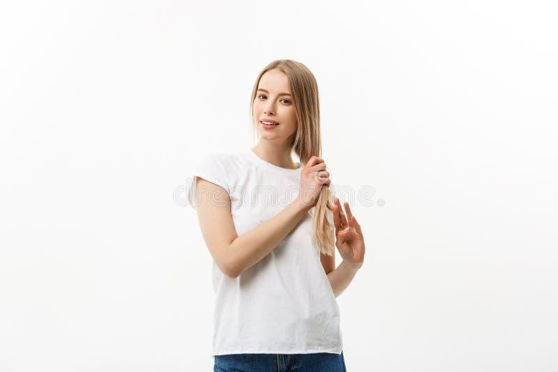 Kleedde de Gorgeours jonge Europese vrouw zich met gezonde schone huid en mooie reeks eigenschappen, in het toevallige bekijken royalty-vrije stock foto's
