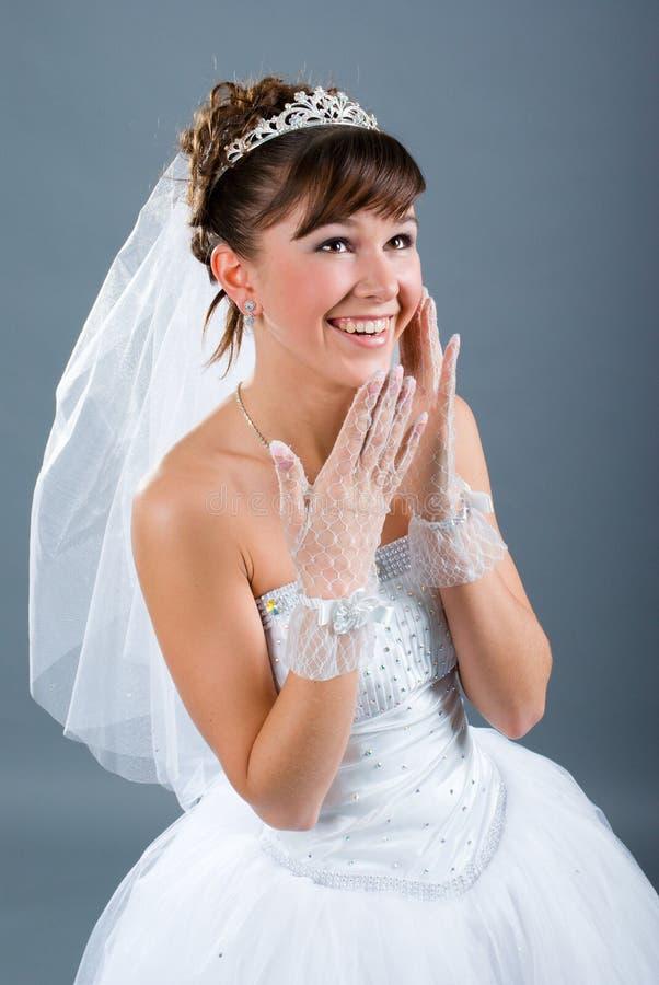 Kleedde de jonge bruid van de schoonheid zich in huwelijkskleding royalty-vrije stock afbeeldingen