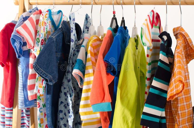 Kleedt kast met kleren op hangers worden geschikt die stock afbeeldingen