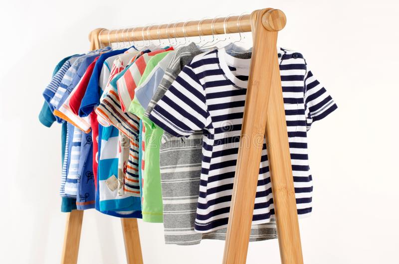 Kleedt kast met kleren op hangers worden geschikt die royalty-vrije stock foto's