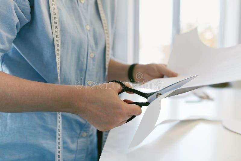 Kleermaker Cutting Sewing Pattern met Schaar royalty-vrije stock foto's