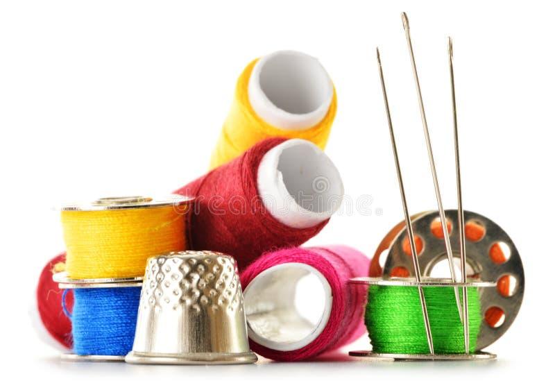 Download Kleermakersnaalden En Draden Over Wit Stock Foto - Afbeelding bestaande uit kleermaker, geïsoleerd: 39110250