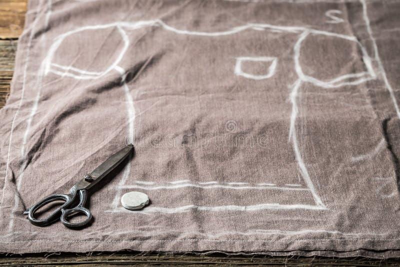 Kleermakerspatroon van overhemd en schaar op kleren stock fotografie