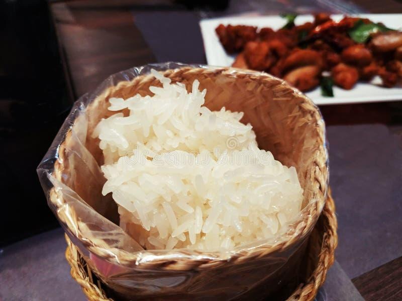 Kleiści ryż w bambusowym drewnianym pudełku zdjęcia stock