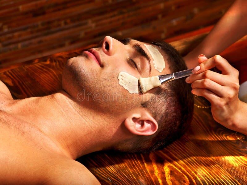 Klei gezichtsmasker in beauty spa stock foto