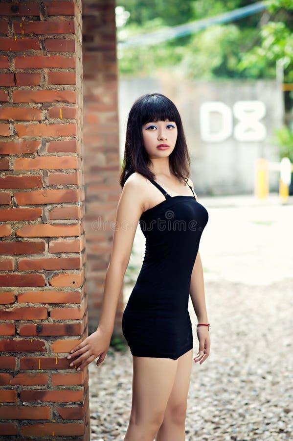 Kleiden Sie ein sexy Mädchen im Kunst-Bezirk stockfotos