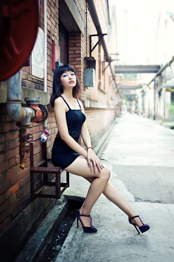 Kleiden Sie ein sexy Mädchen im Kunst-Bezirk lizenzfreies stockfoto