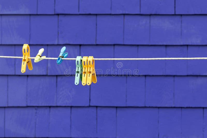 Kleiderhaken Detail über purpurrote Wand stockfotos