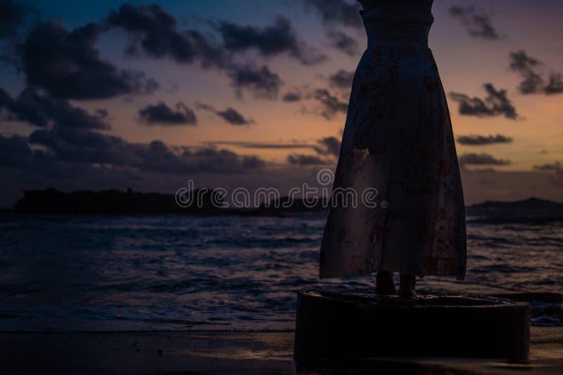 Kleiderschattenbild auf Sonnenuntergang, schöner ocan Hintergrund stockbild