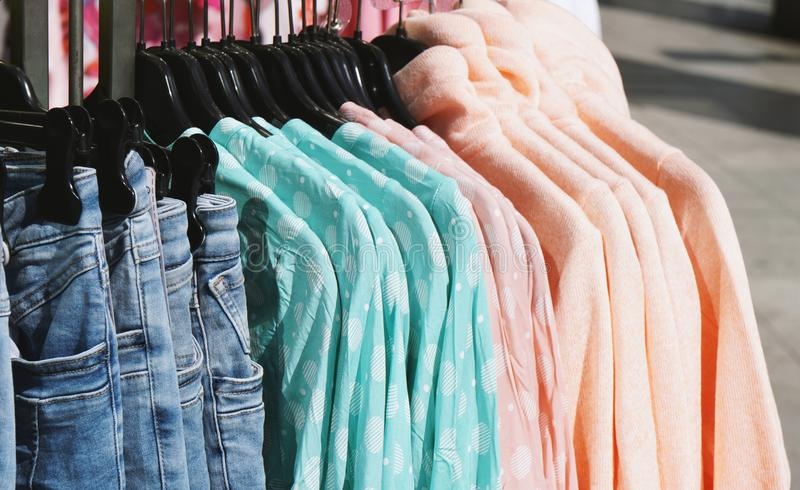 Kleiderständer mit der Pastell-farbigen Frühlingsmode, die außerhalb des Speichers hängt lizenzfreie stockfotos