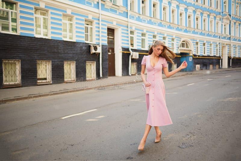 Kleidete modern Frau auf den Straßen einer Kleinstadt, Einkaufskonzept stockbilder