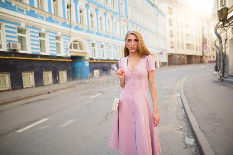 Kleidete modern Frau auf den Straßen einer Kleinstadt, Einkaufskonzept lizenzfreie stockbilder