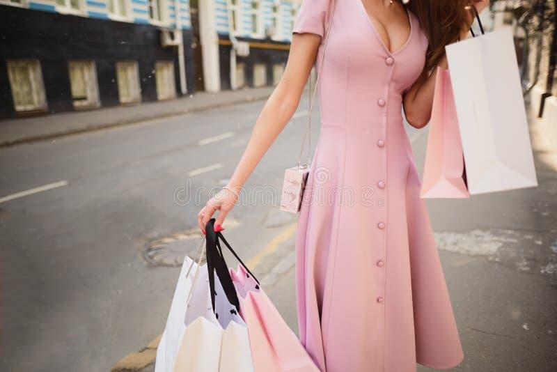 Kleidete modern Frau auf den Straßen einer Kleinstadt, Einkaufskonzept stockfoto