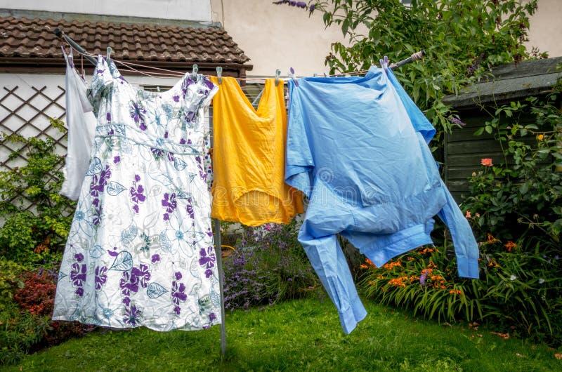 Kleidung auf der waschenden Linie lizenzfreie stockfotografie