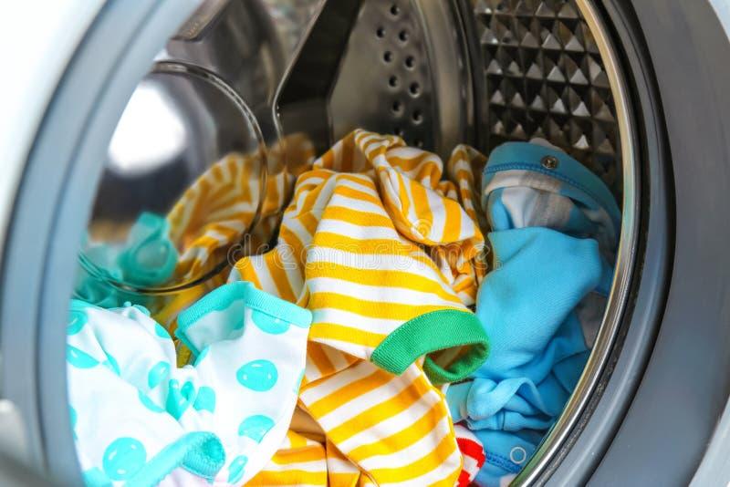 Kleidung in der Waschmaschine, stockfotos