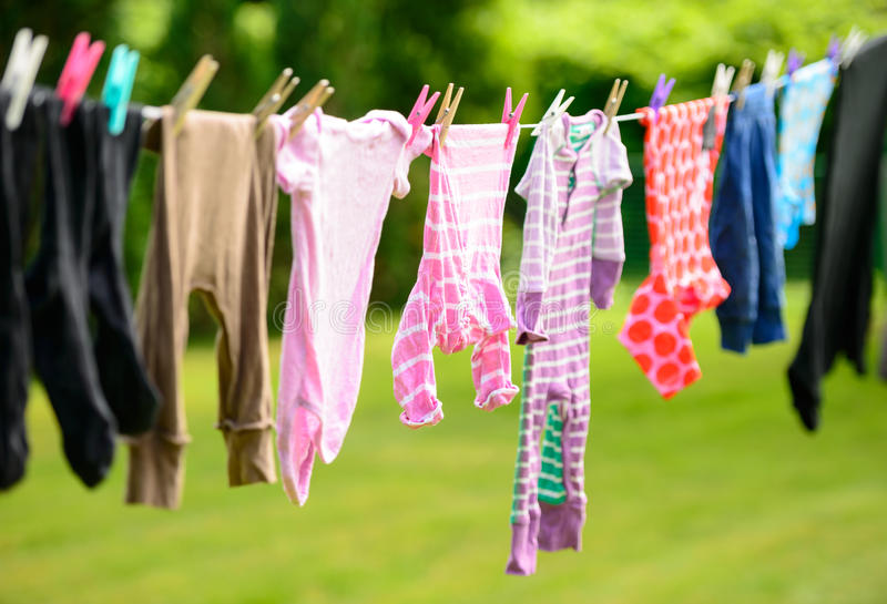 Kleidung, die an der Linie im Garten hängt lizenzfreies stockbild