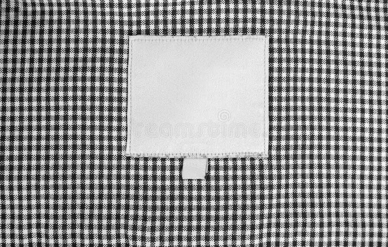 Kleidung im Käfig Schließen Sie oben von der leeren Kleidung beschriften auf Textilhintergrund leere Kleidung beschriftet Modell lizenzfreies stockfoto
