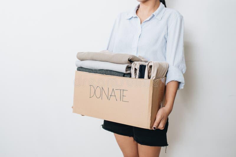 Kleidung im Kasten für Konzeptspende und -wiederverwendung bereitet auf lizenzfreie stockfotografie