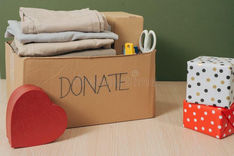 Kleidung im Kasten für Konzeptspende und -wiederverwendung bereitet auf stockbilder