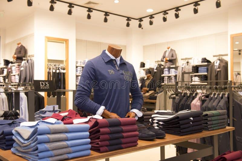 Kleidung im Shop stockbilder