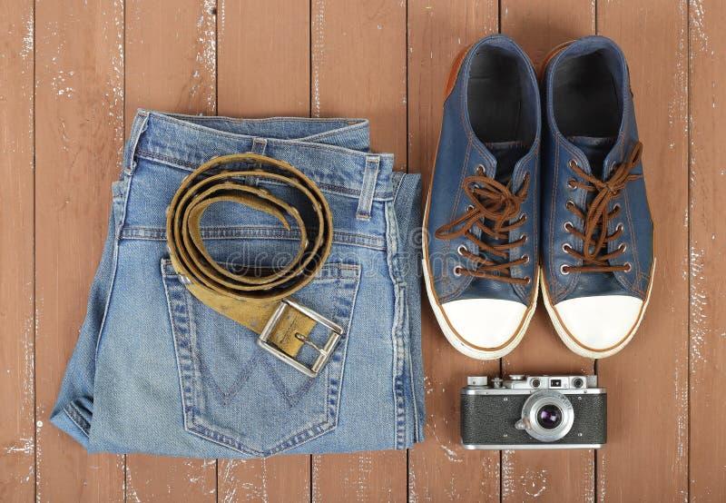 Kleidung, Schuhe und Zubehör - Draufsichtgurt, Gummiüberschuhe, Kamera lizenzfreies stockbild