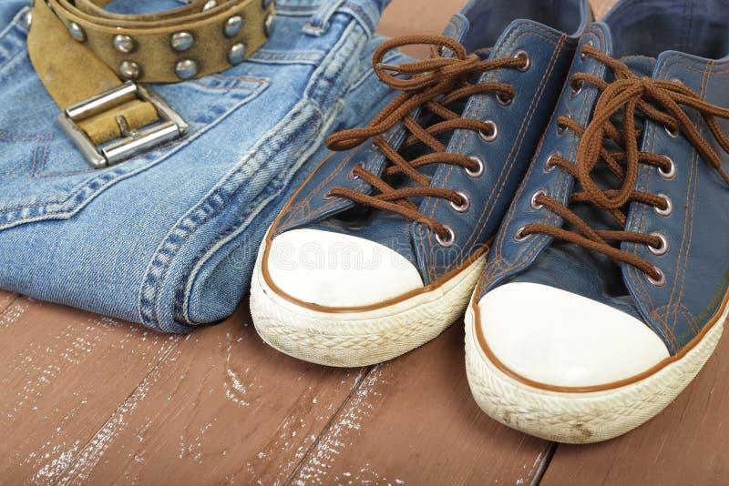 Kleidung, Schuhe und Zubehör - Nahaufnahmegurt, Gummiüberschuhe und Blau lizenzfreie stockfotos