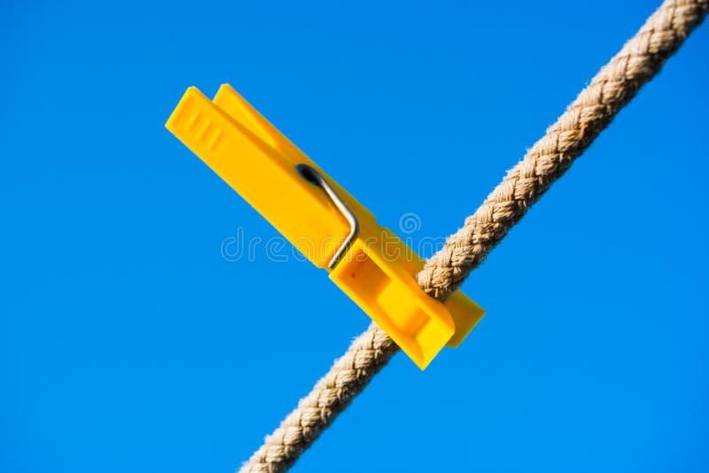 Kleidung-Stöpsel über blauem Himmel lizenzfreie stockfotos