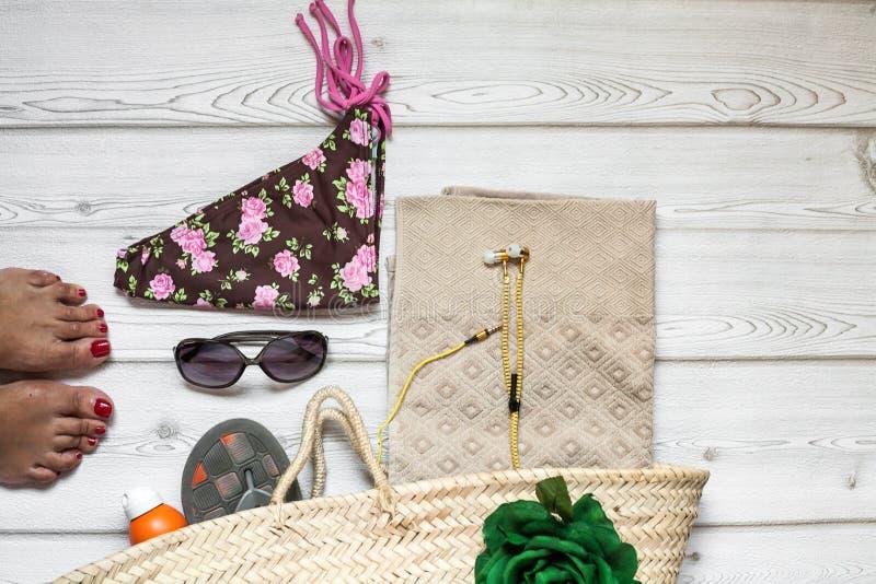 Kleidung und Mode-Accessoires auf Holztisch stockbilder