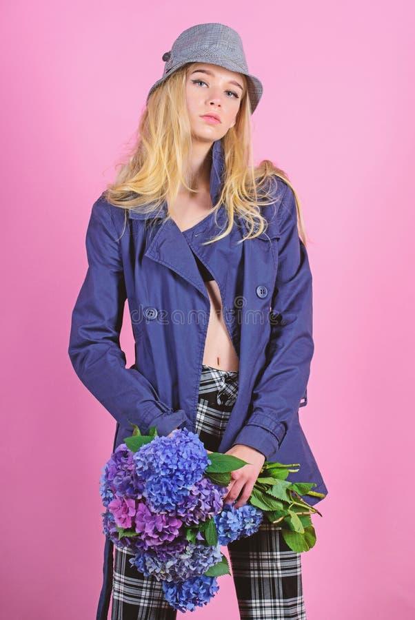 Kleidung und Zusatz Blondes Haar der Frau, das Mantel mit Blumenblumenstrau? aufwirft Moderner Mantel M?dchenmode-modell-Abnutzun lizenzfreies stockfoto