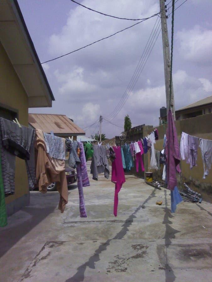 Kleidung verbreitet an einem sonnigen Tag stockbild