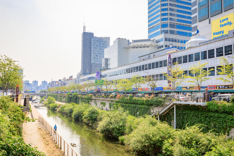 Kleidungs-Markt Pyoung Hwa neben Cheonggyecheon strömen am 1. Juni stockbild