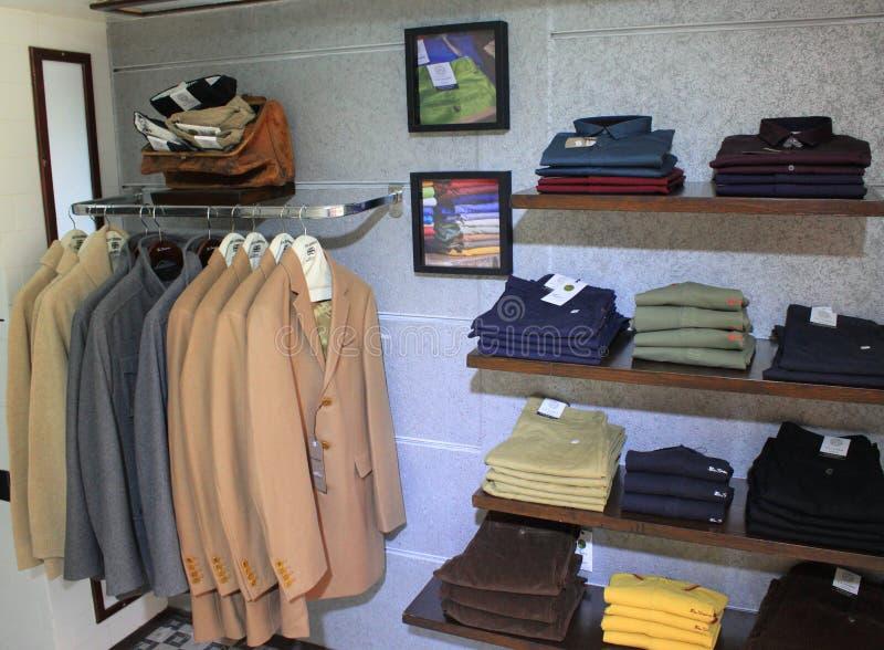 Kleidungsshop der Männer stockbild