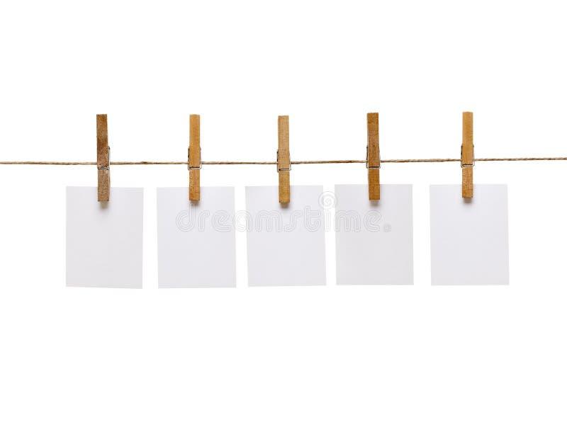Kleidungstöpsel und Anmerkungspapier stockbild