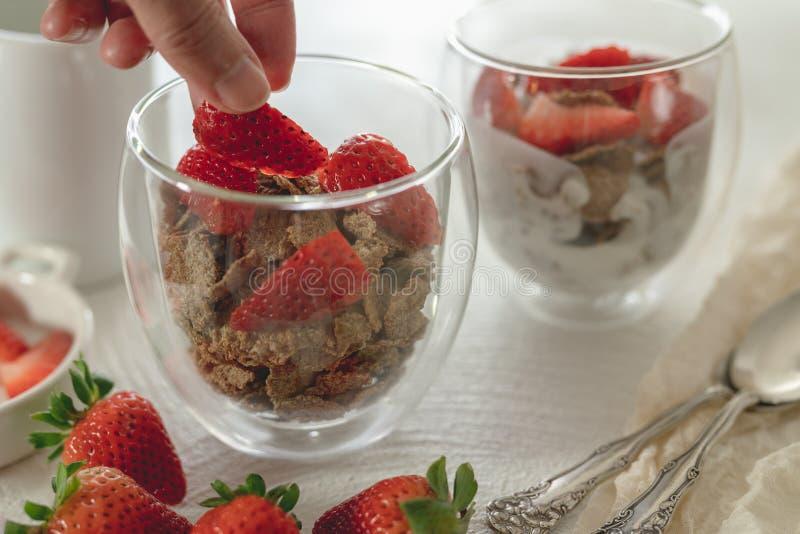 Kleie blättert Getreide mit Jogurt und Erdbeeren ab stockfotos