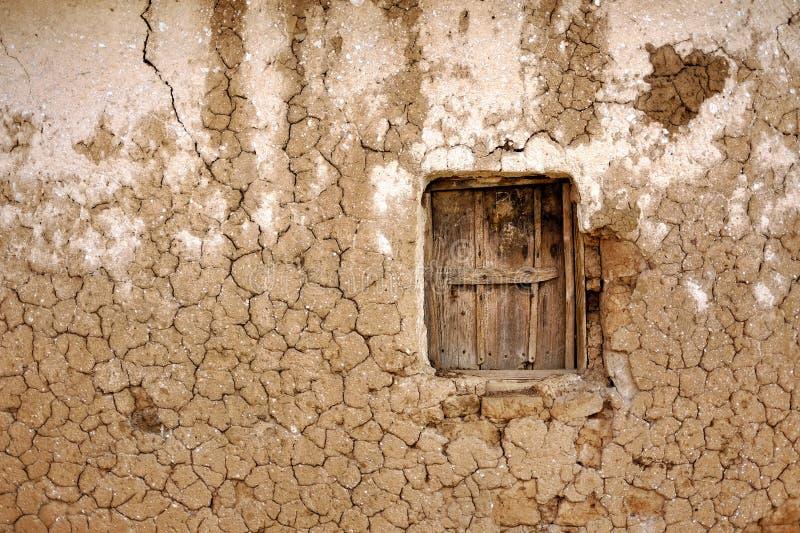 Kleihuis met houten die venster in Afrika door droogte wordt geraakt royalty-vrije stock foto's