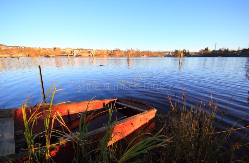 Klein barge innen den See. stockfotografie