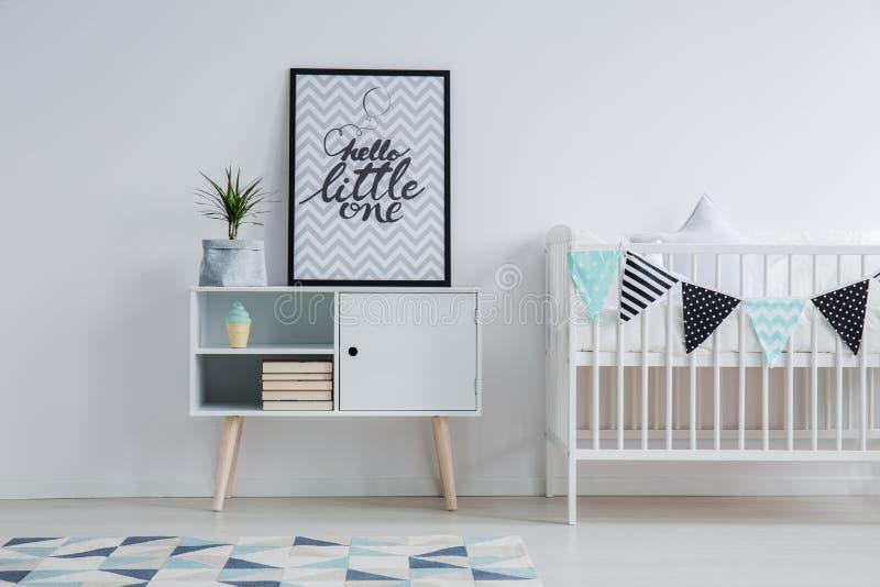 Klein bed en monochromatisch tapijt stock fotografie