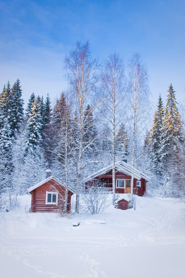 Klein blokhuis in de winterbos royalty-vrije stock fotografie