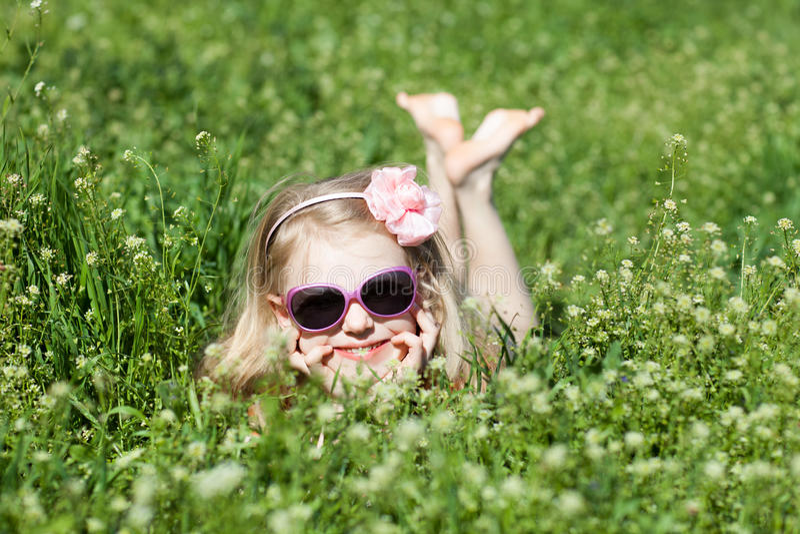 Klein blootvoets meisje in gras royalty-vrije stock foto