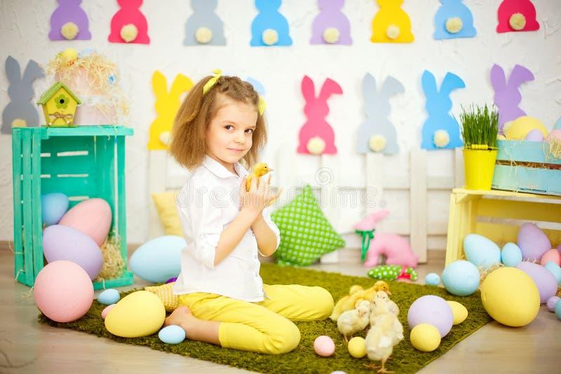 Klein charmant meisje met geel eendje royalty-vrije stock foto