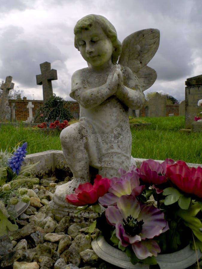 Klein cherubijnstandbeeld op een childsgraf royalty-vrije stock foto