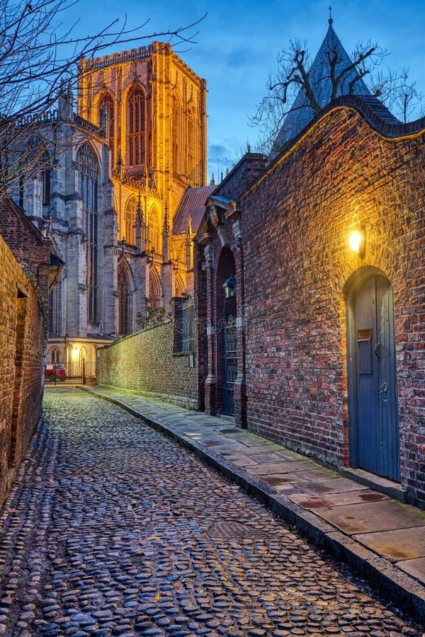 Klein cobbled straat in York bij nacht royalty-vrije stock afbeelding