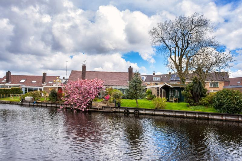 Klein comfortabel Nederlands dorp bij de lente, mooi dagplattelandslandschap, Nederland royalty-vrije stock afbeeldingen