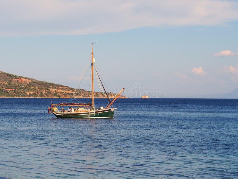 Klein die Jacht in Baai wordt vastgelegd stock foto's