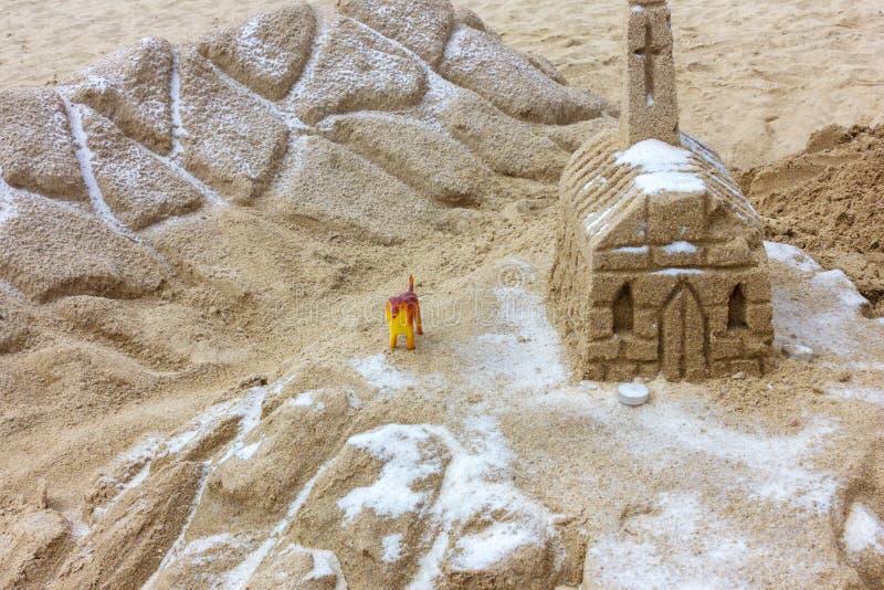 Klein die kasteel van zand op strand wordt gebouwd stock afbeeldingen