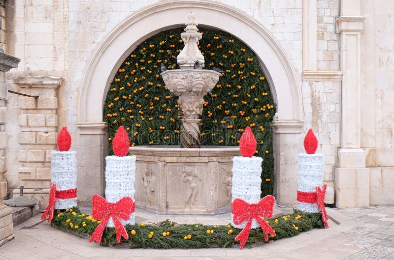 Klein die Onofrio Fountain met Komstkronen en kaarsen wordt verfraaid in Dubrovnik stock afbeeldingen